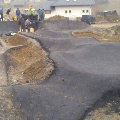 Budowa asfaltowego toru rowerowego pumptrack w Oravskiej Polhorze na Słowacji